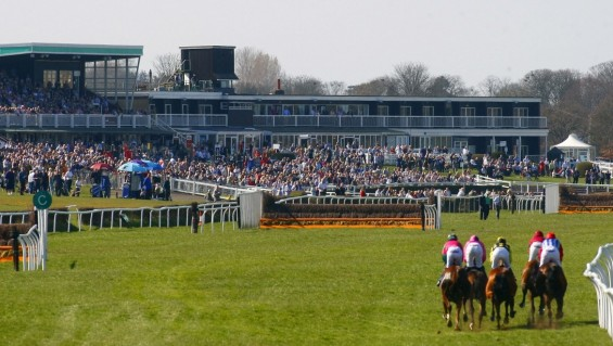 MARKET_RASEN_Runners_towards_the_stands_